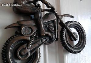 Moto em latão