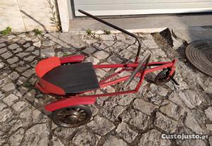 Triciclo antigo de remar