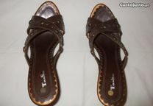 Sandálias castanhas, novas.