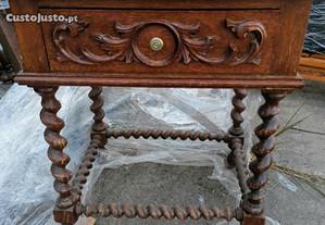 mesa de cabeceira antiga trabalhada