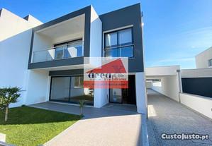 Moradia T3 de arquitetura moderna. Logradouro, ane