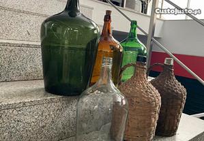 Garrafões Antigos de Vidro e Revestidos a Vime