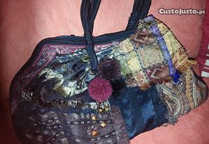 Bolsa em tecidos de seda, galões, c/ pompons em lã