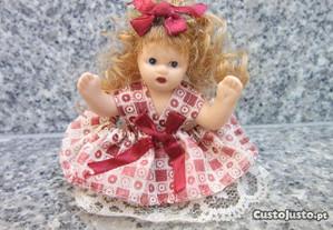 boneca de porcelana linda e pequena
