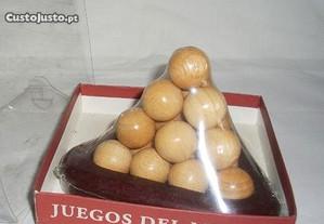 Jogo de madeira Piramide de bolas Novo, em caixa.