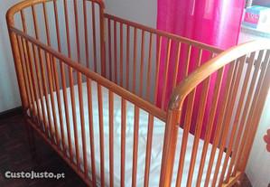 Cama de madeira e colchão para bebé