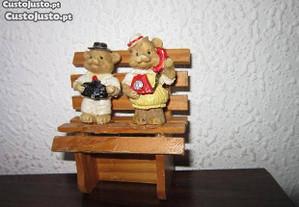 banco para casa de bonecas com 2 ursinhos