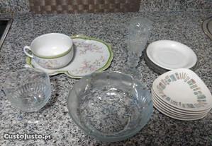 Várias peças em louça e vidro