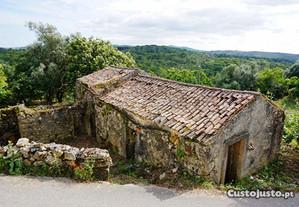 Antiga casa de pedra com logradouro