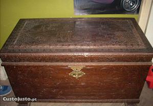 Arca trabalhada em madeira maciça 105x53 cm