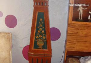 Relógio de madeira pintada do sec. XIX