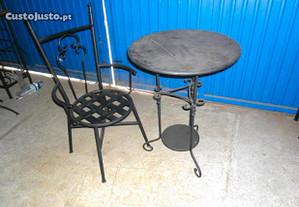 Cadeiras e mesas de jardim em ferro forjado