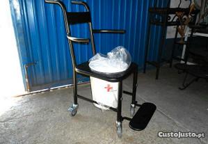 Cadeira de rodas sanitária com bacio hospitalar