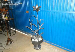 Vaso grande com flores em ferro trabalhado peça ún