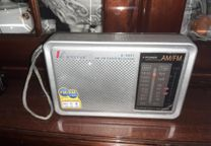 Rádio Portátil (Analógico - AM/FM - Pilhas)