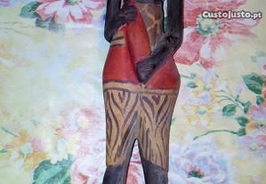 Figura africana em madeira