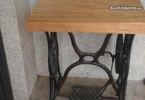 Mesa feita de umas pernas de uma maquina Singer