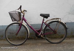 Bicicleta de senhora tipo pasteleira