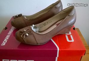 Sapatos de senhora nº 35, em pele