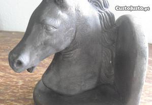 estatueta antiga em gesso