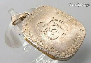 Maravilhoso e exclusivo medalhão de prata antigo