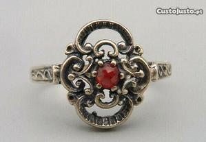 Maravilhoso anel antigo , Prata 835 com granada