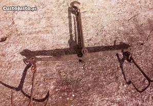 Balança Romana de suspensão antiga em ferro