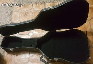 Mala de guitarra com pouco uso de uma viola.