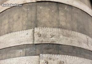 Pipas em castanho com arcos reforçados - vinho