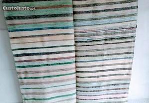Duas mantas tecidos (farrapos) (G)
