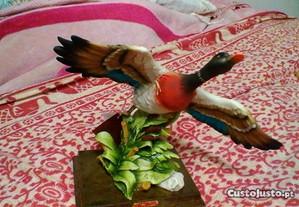 Pato real em vôo.A.Belcari estatueta pintada à mão
