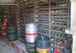 Garrafeira em madeira várias centenas de garrafas.