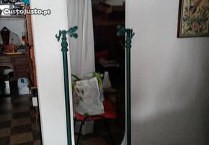Espelho oval com pés de metal