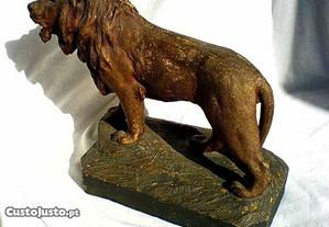 Leão em cerâmica pintada antigo