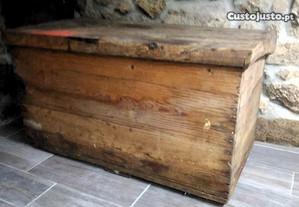 Arca ,baú , mala, rústica toda em madeira.