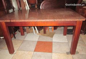 Mesa em madeira com tampo em granito