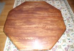 Mesa de centro de madeira maciça octogonal.