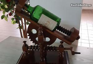 Suporte para garrafa em madeira