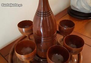 Conjunto de cálices, garrafa e prato em madeira