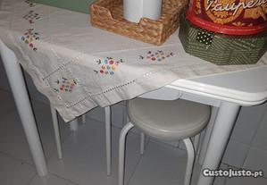 Mesa cozinha e 2 bancos
