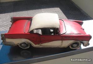 Carro antigo em chapa de coleção