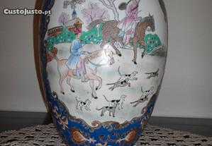 Bonito pote de porcelana chinesa com cena de caça.
