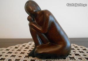 Escultura moderna de figura feminina, em louça.