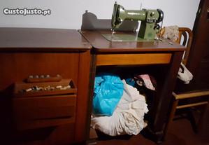 Máquina de Costura Oliva com móvel