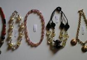 Diversos colares em bijuteria