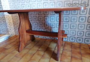 Mesa com 6 bancos redondos em madeira maciça