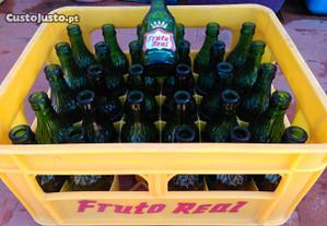 grade com 30 garrafas antigas Fruto Real