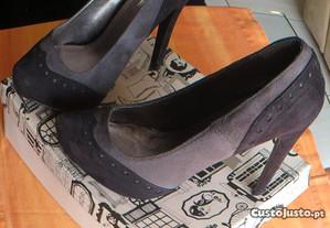 Sapatos Camurça, em cor preto e cinzento - Nº 37