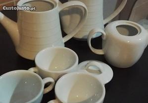 Lote de 4 bules e 3 chávenas de chá
