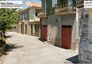 Três casas no centro da Aldeia